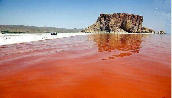 علت قرمز شدن دریاچه ارومیه