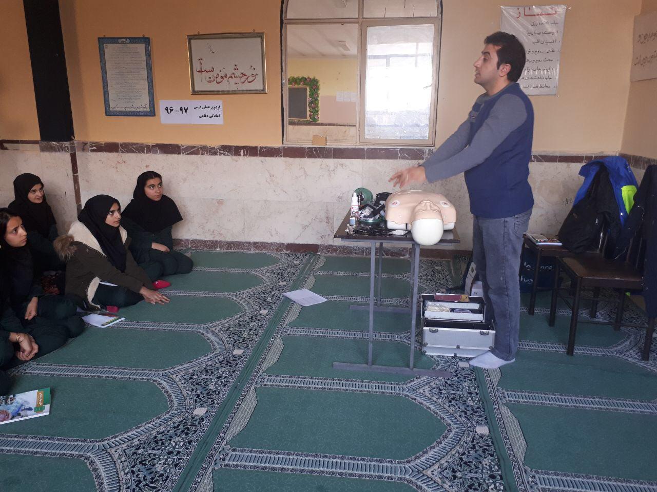 آموزش کمک های اولیه به دانش آموزان توسط مركز فوريت هاي پزشكي پيرانشهر